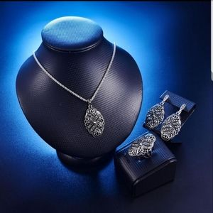 Jewelry - Stunning Jewelry SET Earrings Necklace & Ring